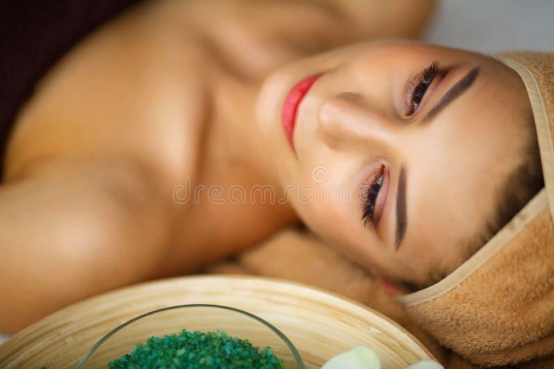 Huid en lichaamsverzorging Close-up van Young Woman Getting Spa Treatm stock foto