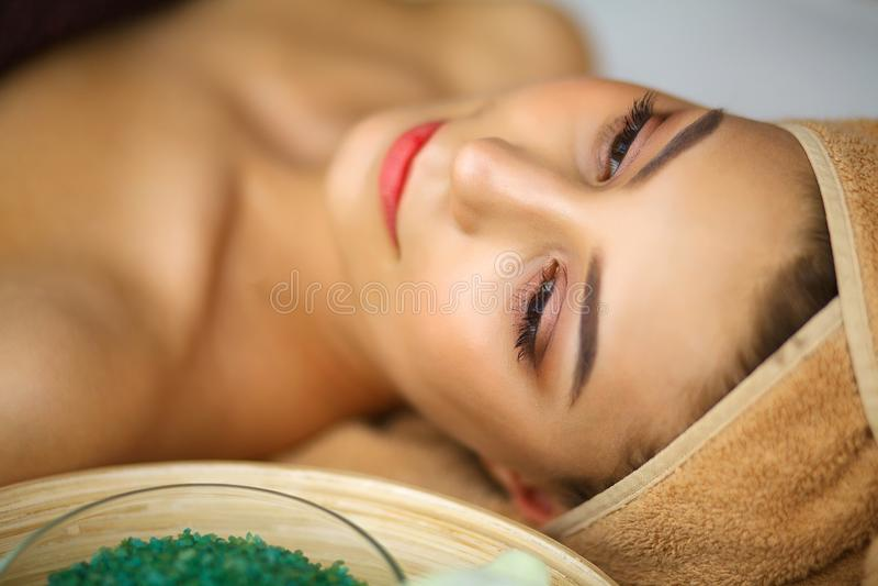 Huid en lichaamsverzorging Close-up van Young Woman Getting Spa Treatm stock fotografie