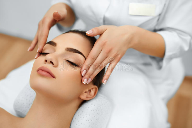 Huid, Lichaamsverzorging Woman Getting Beauty Spa Gezichtsmassage Treatmen royalty-vrije stock afbeeldingen