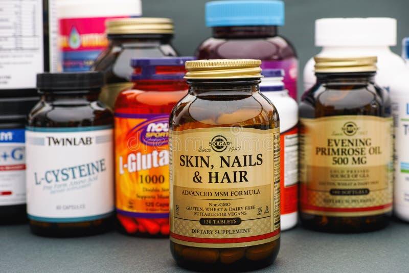 Huid, Spijker en Haarfles door Solgar Sommige flessen met vitaminen stock foto