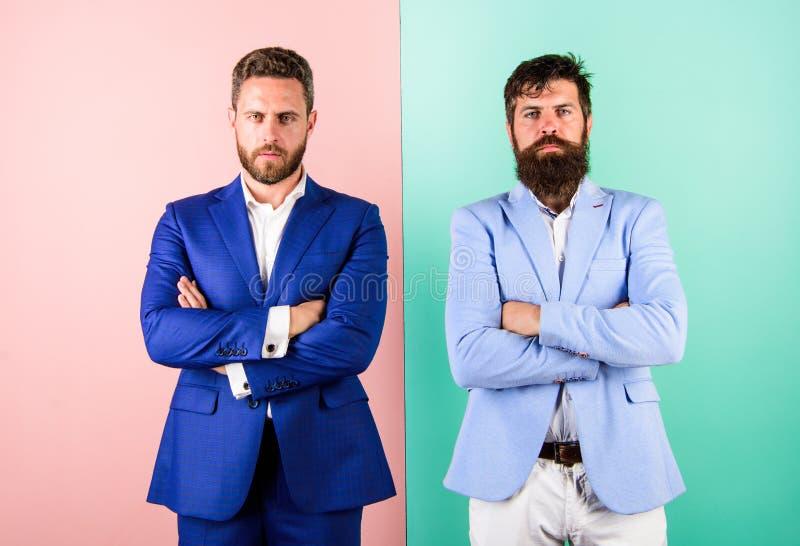 Huiden echte emoties Partners of werkgever en werknemer in kostuums met gespannen gezichten Zakenlieden met modieus stock fotografie