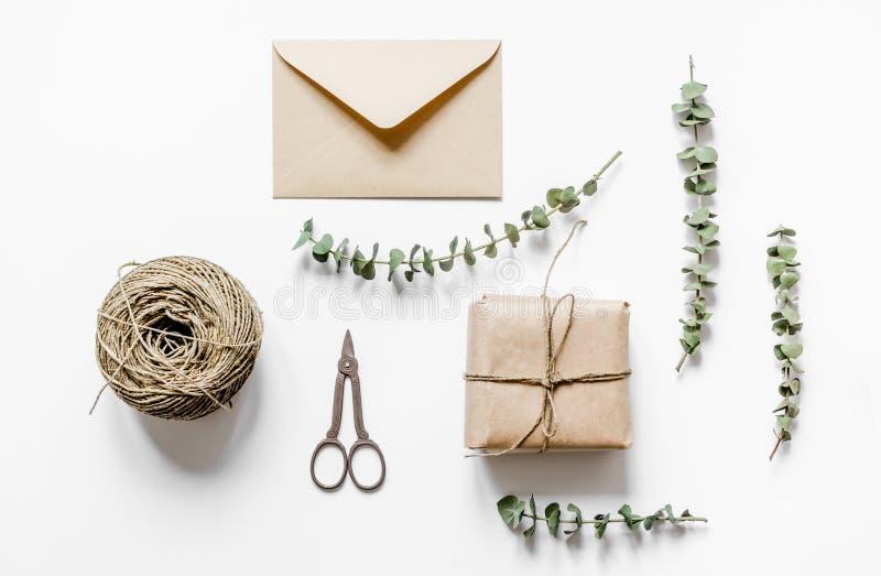 Huidig ontwerp in doos met bloemen op witte hoogste mening als achtergrond stock afbeeldingen