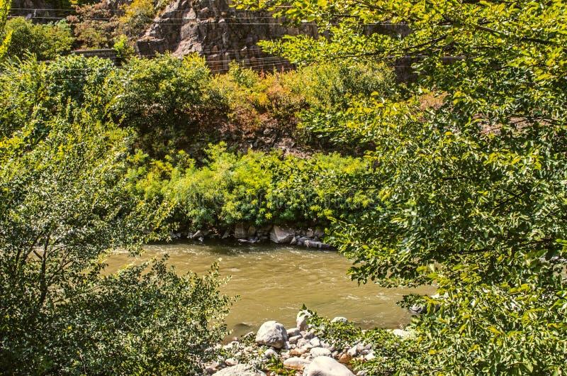 Huidige Derbent-Rivier van de bergen van Armenië stock afbeelding