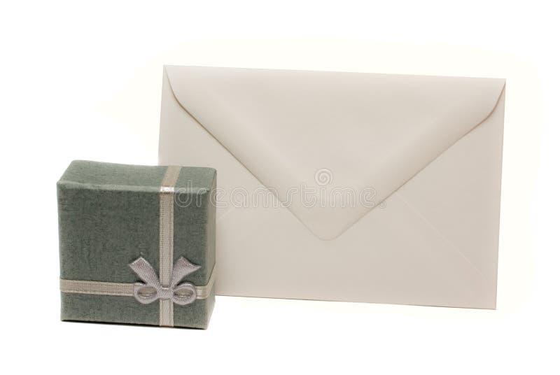 Huidige doos met lege envelop stock afbeeldingen