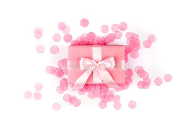 Huidige doos met roze boog op witte achtergrond stock afbeeldingen