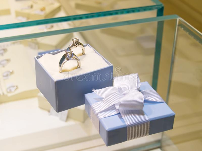 Huidige gift in juwelenwinkel stock fotografie