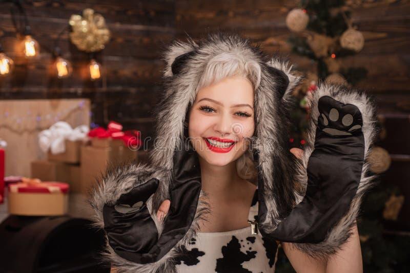 Huidige giftochtend vóór Kerstmis Vrolijke Kerstmis en gelukkige vakantie Vrolijk meisje die giften ruilen Nieuwjaar ` s stock afbeelding