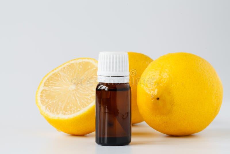 Huile d'essence de citron - traitement de beauté images libres de droits