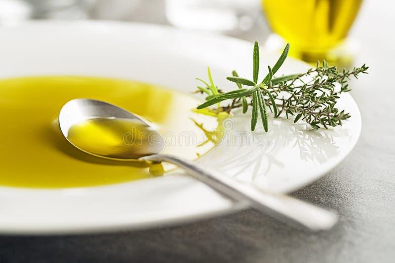 Huile d'olive avec des herbes photos stock