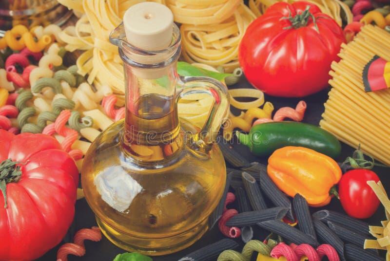 Huile d'olive avec des pâtes photos libres de droits