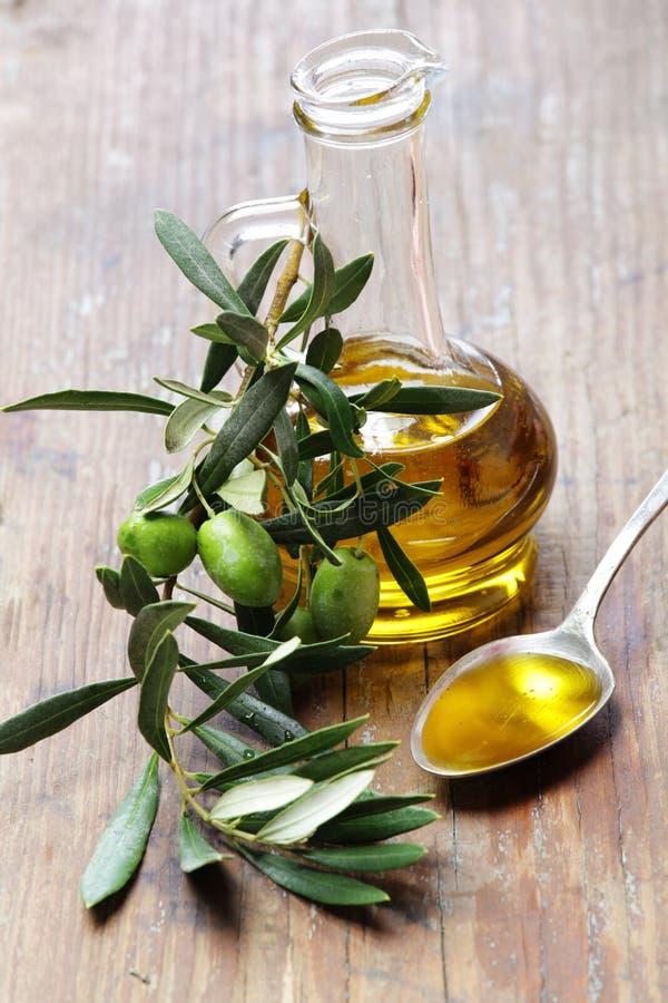 Huile d'olive avec la branche d'olivier images stock