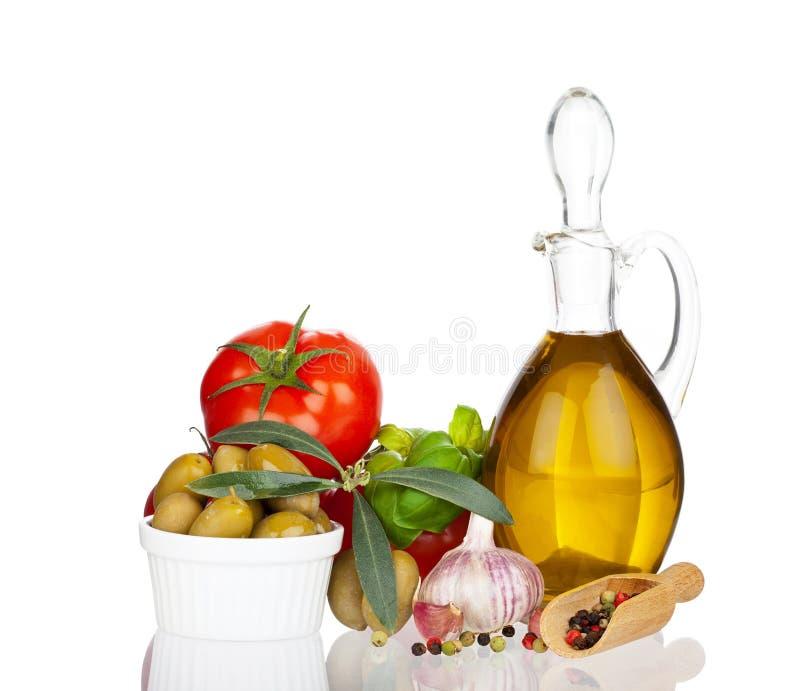 Huile d'olive et d'autres ingrédients avec la vraie réflexion photos stock