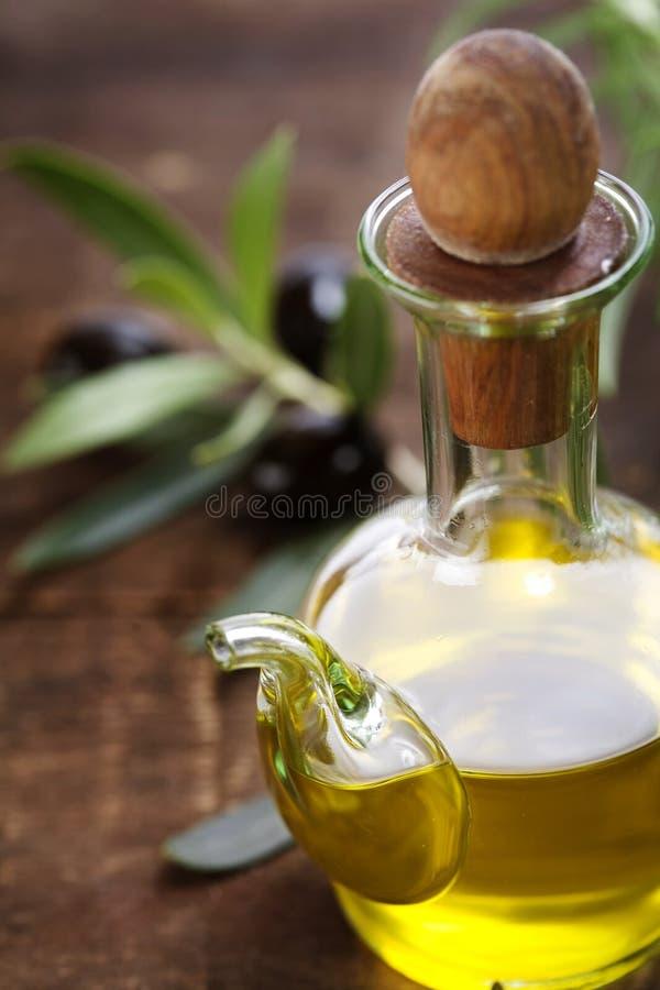 Huile d'olive et olives fraîches image stock