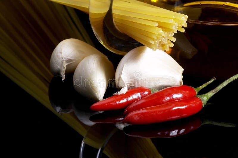 huile d'olive extra vierge d'ail de 2596494 pâtes et poivre de piment rouge photographie stock