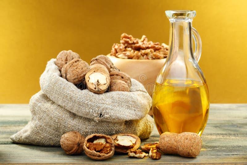 Huile de noix dans la bouteille et des noix. photo libre de droits