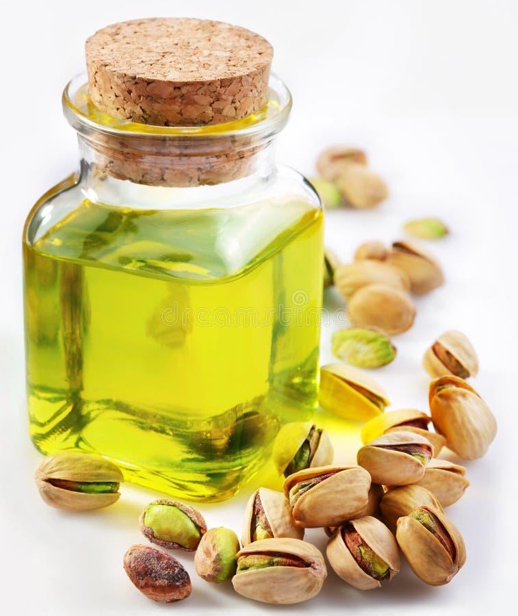 Huile de pistache avec des noix photos stock