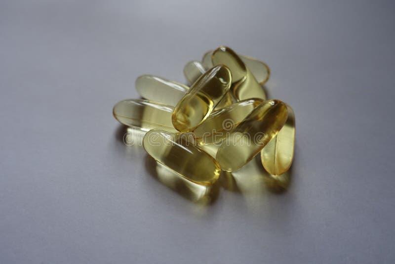 Huile de poisson jaune de capsules de supplément diététique photographie stock libre de droits