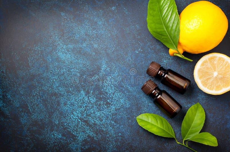 Huile essentielle de citron photos stock