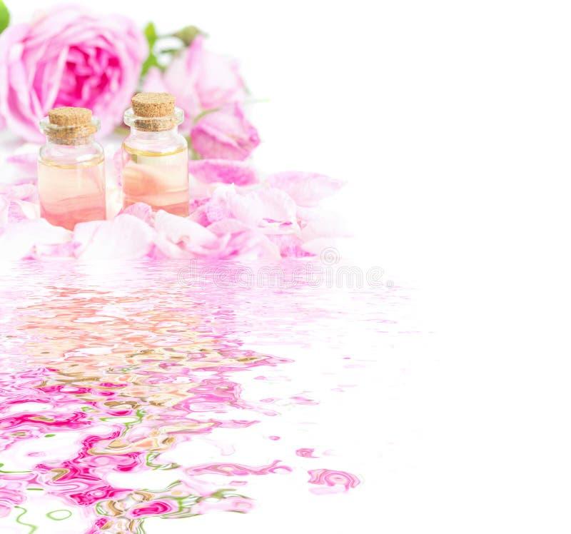 Huile essentielle de Rose reflétée dans l'eau photo libre de droits