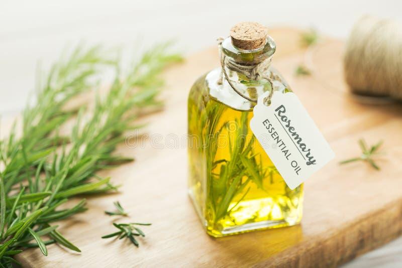 Huile essentielle de Rosemary avec l'étiquette photo stock