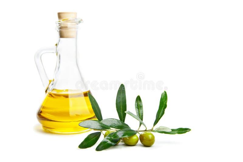 Huile et branche d'olive avec des olives sur le blanc photo libre de droits