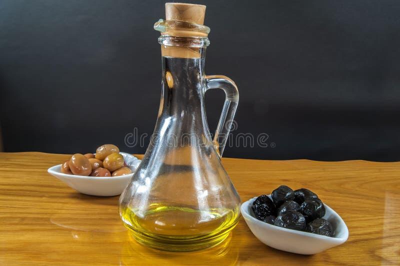 Huile et olives d'olive photo stock