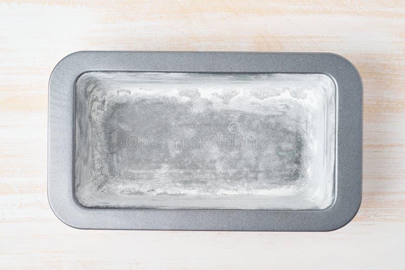 Huile graissée et plat de cuisson de farine, casserole de pain de pain avec du beurre Recette ?tape-par-?tape pour le cake ? la b image stock