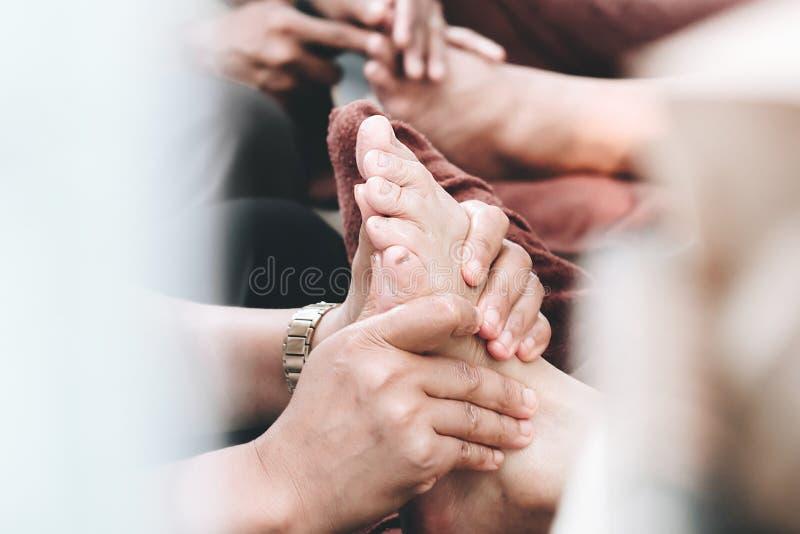 Huile thaïlandaise de massage et sagesse station-thaïlandaise, beauté anti-inflammatoire actuelle de médecine de sunblock de pied photographie stock libre de droits