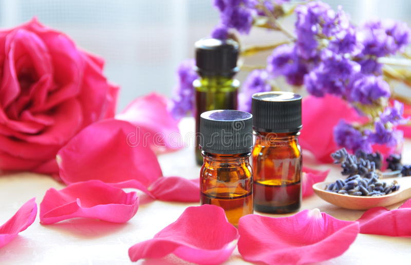 Huiles d'Aromatherapy avec des roses photographie stock libre de droits