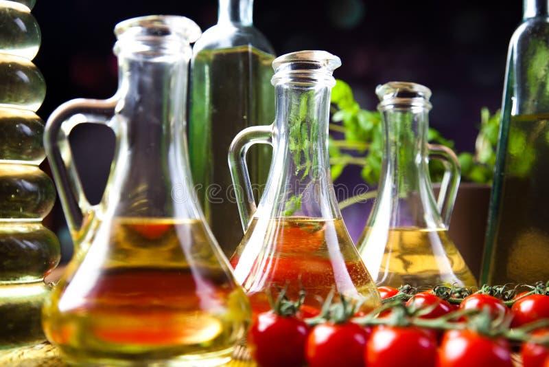 Huiles d'olive dans des bouteilles, thème rural méditerranéen photographie stock