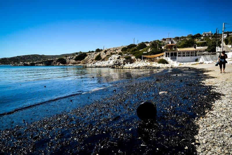 Huilez, coulé d'un bateau sinked, venez à terre en île n de Salamina photo stock