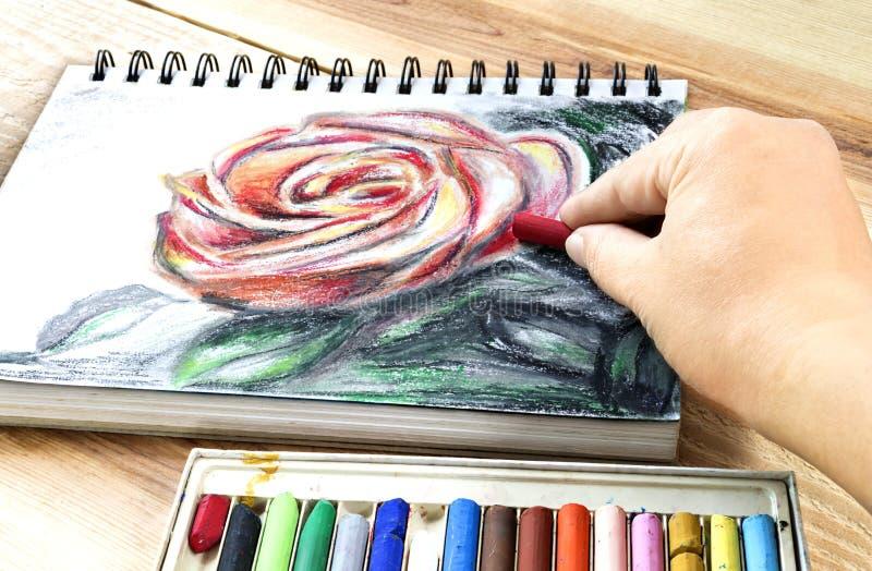 Huilez le dessin coloré d'art de cueillette de crayons de pastels sur la table en bois image libre de droits