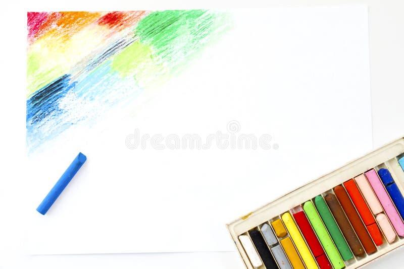 Huilez le dessin coloré d'art de cueillette de crayons de pastels sur le livre blanc image libre de droits