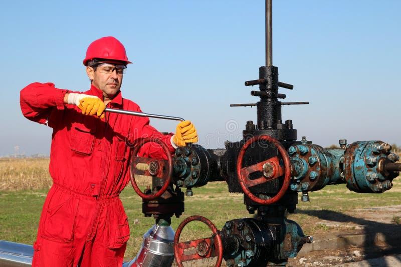 Opérateur en mer de plate-forme pétrolière images stock
