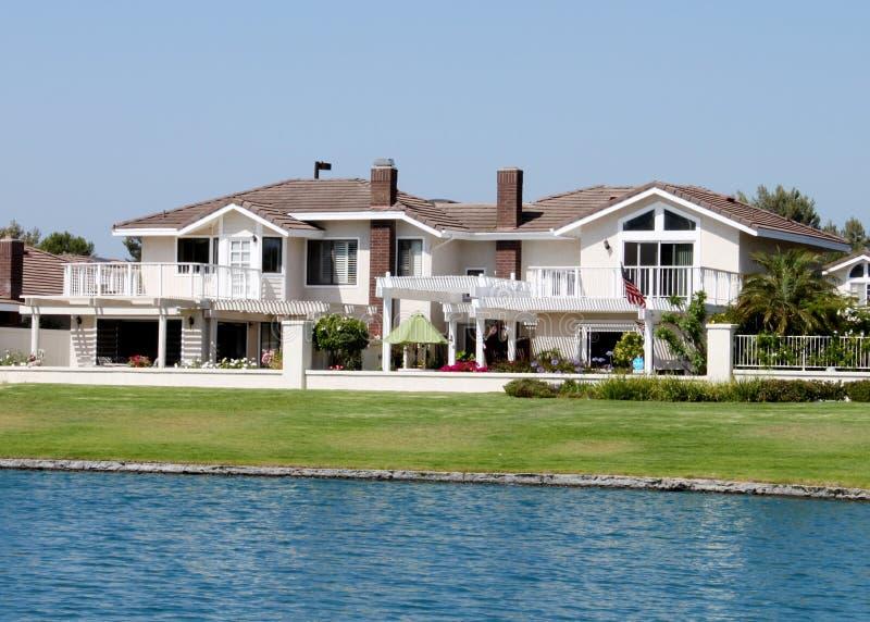 Huis 2 van de oever van het meer royalty-vrije stock foto