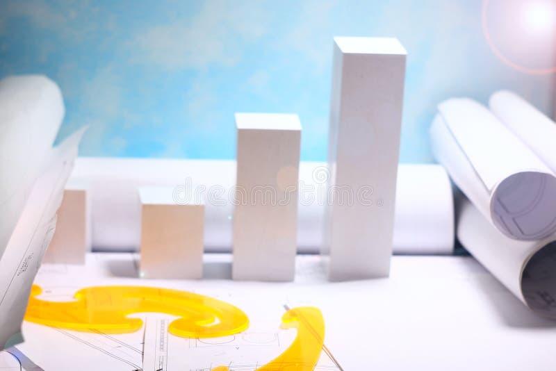 Huis in aanbouw, huislay-out, broodjes van diagrammen en tekeningen voor het project, concept de kosten om een huis te bouwen, stock afbeeldingen