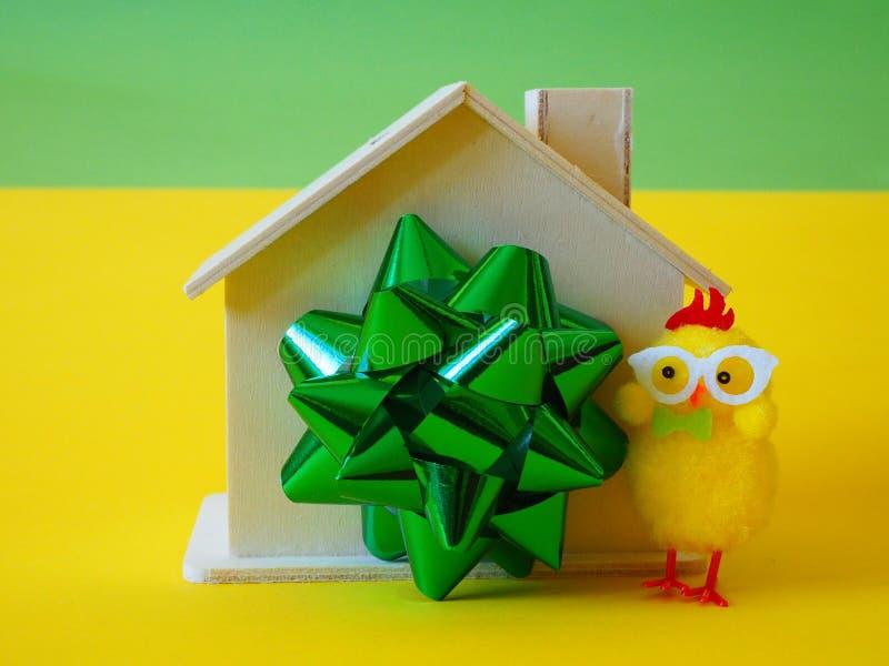 Huis als gift, lint en kippenstuk speelgoed stock afbeelding