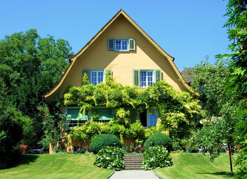 huis, huis, architectuur, de bouw, tuin, buiten, woon, voor, landgoed, in de voorsteden, onroerende goederen luxe, gras, baksteen royalty-vrije stock foto