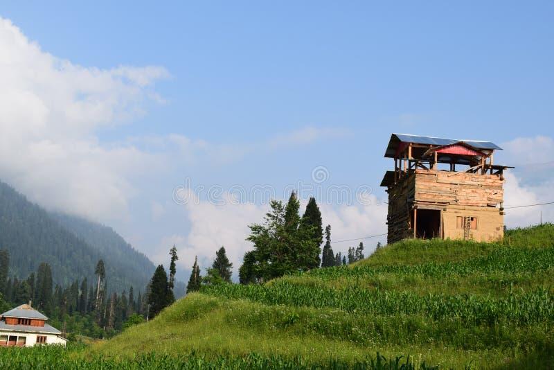 Huis in bergen royalty-vrije stock afbeelding