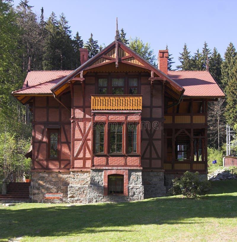 Huis bij bergen stock foto