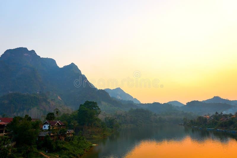 Huis bij de Rivier, Zonsondergang op Nam Ou River in Nong Khiaw, Laos royalty-vrije stock foto