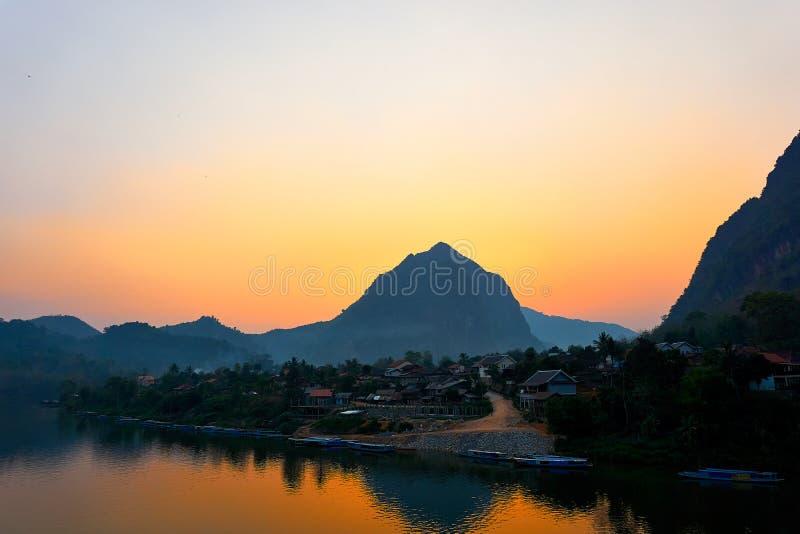 Huis bij de Rivier, Zonsondergang op Nam Ou River in Nong Khiaw, Laos royalty-vrije stock afbeelding