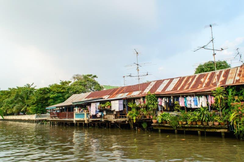 Huis bij de rivieroever. royalty-vrije stock fotografie