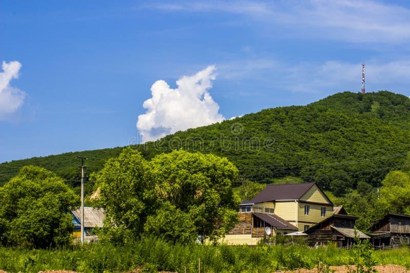 Huis bij de voet van een berg royalty-vrije stock afbeelding