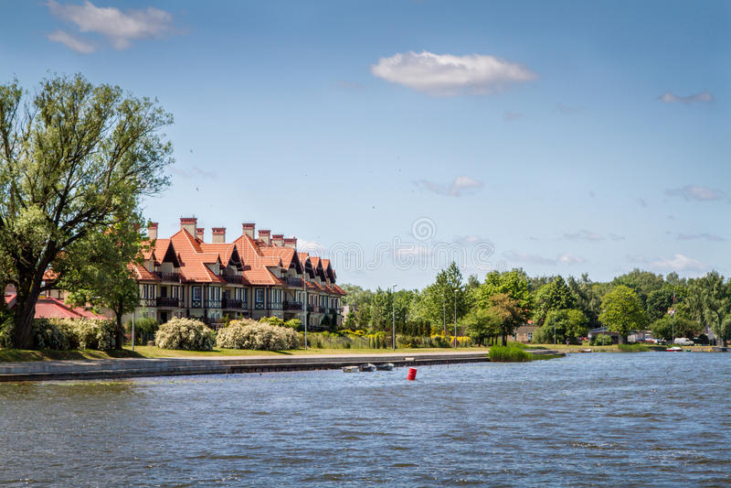 Huis bij het meerlandschap Polen royalty-vrije stock afbeeldingen