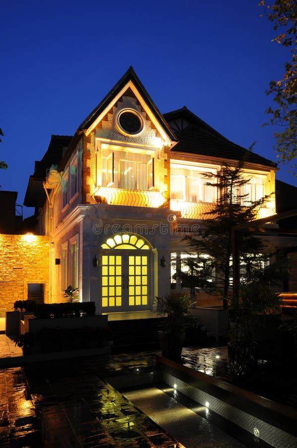 Huis bij nacht stock fotografie
