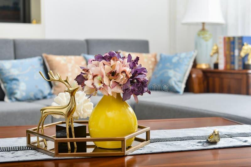 Huis binnenlands decor, gouden metaalherten, boeket in vaas stock fotografie
