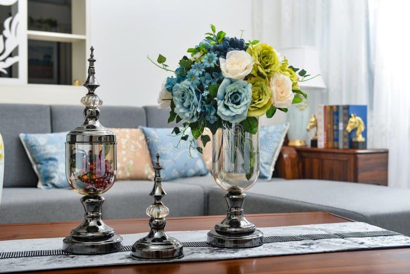 Huis binnenlands decor, metaal, boeket in glasvaas royalty-vrije stock foto's