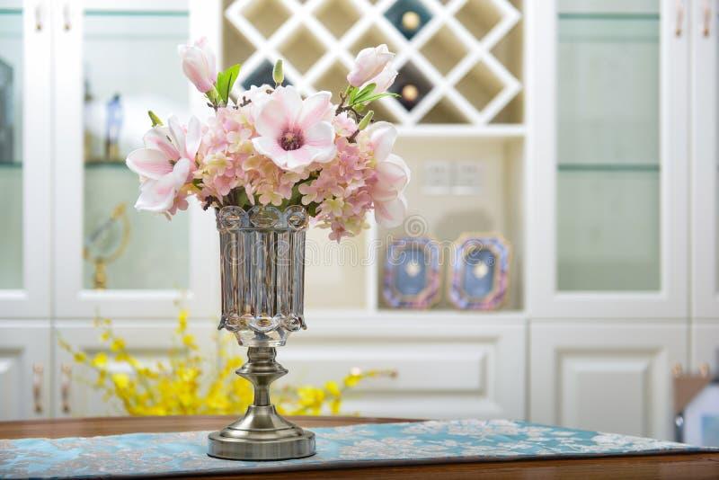 Huis binnenlands decor, metaal, boeket in glasvaas stock foto