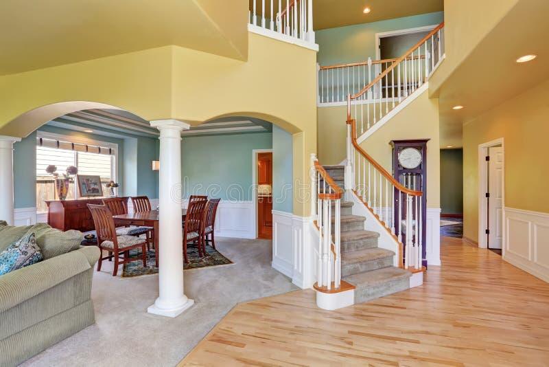 Huis, Binnenlands met trap in grote zaal met hardhoutvloer royalty-vrije stock afbeeldingen